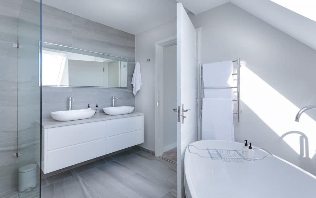 Kleines Badezimmer gestalten mit Badewanne