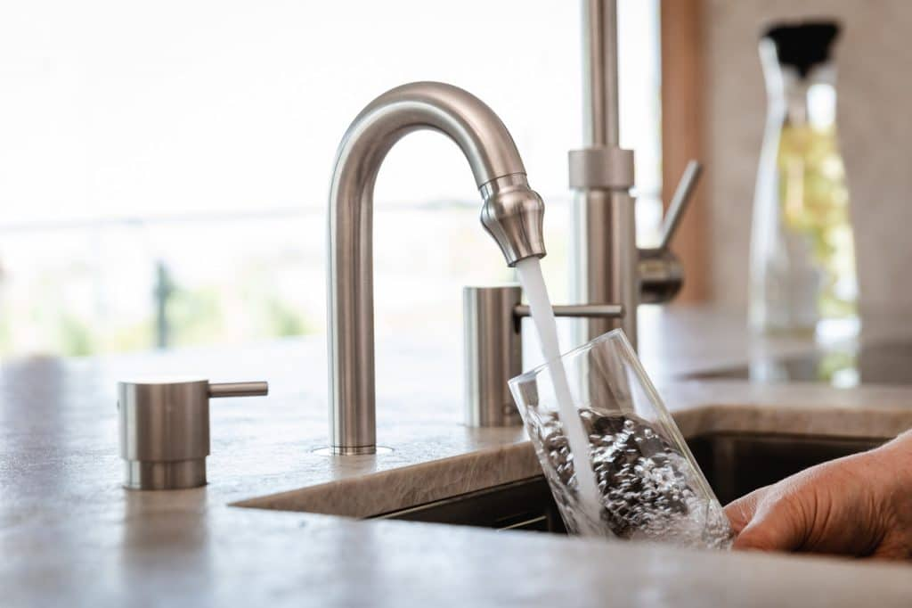 Mit der sogenannten Wirbeltechnologie lässt sich Wasser aus dem Hahn naturkonform veredeln.